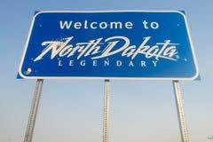 Välkomnande till det legendariska tecknet för North Dakota vägtillträde arkivbild