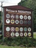 Välkomnande till det Naugatuck tecknet royaltyfria bilder
