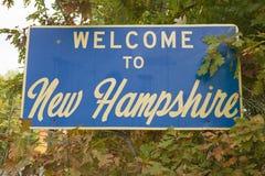 Välkomnande till det New Hampshire tillståndsvägmärket Arkivfoto