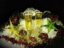 Välkomnande till det nya året eller chrismashelgdagsaftonen! Två exponeringsglas av champagne arkivfoto