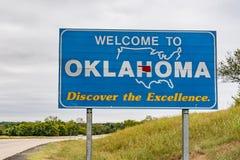 Välkomnande till det Oklahoma tecknet arkivfoton