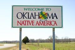 Välkomnande till det Oklahoma tecknet, inföding Amerika arkivfoton