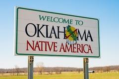 Välkomnande till det Oklahoma tecknet, inföding Amerika royaltyfria bilder
