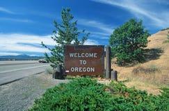 Välkomnande till det Oregon tecknet Arkivfoton