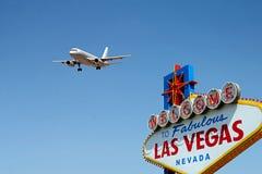 Välkomnande till det sagolika Las Vegas tecknet med det ankommande flygplanet Arkivfoto