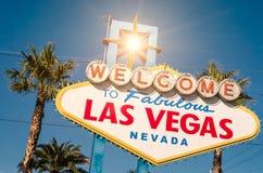 Välkomnande till det sagolika Las Vegas tecknet på en ljus solig dag Arkivbild