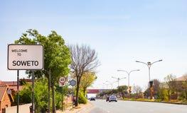 Välkomnande till det Soweto vägmärket på en av huvudvägarna in i till fotografering för bildbyråer
