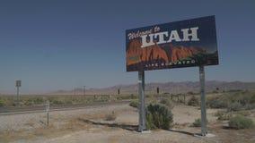 Välkomnande till det Utah tecknet längs sida av vägen stock video
