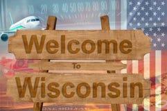 Välkomnande till det Wisconsin tillståndet i USA tecknet på trä, travelltema royaltyfri fotografi