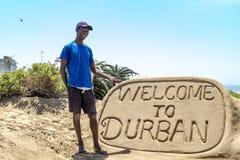 Välkomnande till durban sandskulptur Arkivbilder