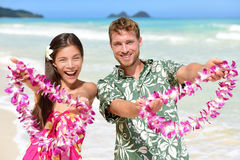 Välkomnande till Hawaii - hawaianskt folk som visar lei Royaltyfria Bilder