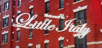 'Välkomnande till lilla Italien 'tecken i italiensk gemenskap som namnges Liten Italien i i stadens centrum Manhattan, New York C arkivfoton