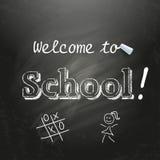 Välkomnande till skolan som är skriftlig på en svart svart tavla med vit krita Royaltyfria Foton