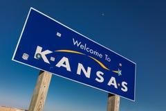 Välkomnande till tillståndet av Kansas - Roadsign Arkivfoton
