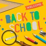 Välkomnande tillbaka till skolan på gul bakgrund Royaltyfri Fotografi