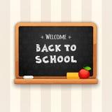 Välkomnande tillbaka till skolan som är skriftlig på svart tavla Royaltyfri Bild