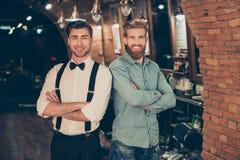 Välkomnandet till barberaren shoppar! Röd skäggig stilig ung man i en casu royaltyfri foto