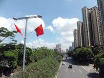 Välkomnandet till den nationella dagen, gatorna hängs med fem-stjärnan den röda flaggan Arkivfoto