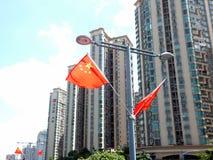 Välkomnandet till den nationella dagen, gatorna hängs med fem-stjärnan den röda flaggan Fotografering för Bildbyråer