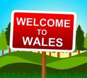Välkomnandet till Wales indikerar den walesiska inbjudan och ängar Arkivfoton