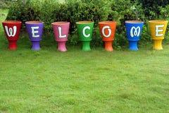 Välkomnandet undertecknar, på blommakrukan Royaltyfria Bilder