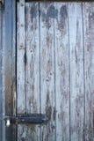 Välla fram åldriga träplankor - dörr med gångjärnet Arkivbild