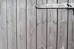 Välla fram åldriga träplankor - dörr med gångjärnet Arkivfoto
