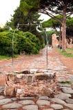 Välla fram på den gammala roman steniga gatan på Ostia Antica - Rome Royaltyfri Foto