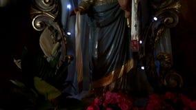 Välsignade jungfruliga Mary med behandla som ett barn Jesus stock video