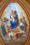 Välsignade jungfruliga Mary med behandla som ett barn Jesus, helgon och änglar Royaltyfria Bilder
