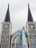 Välsignade jungfruliga Mary, moder av Jesus, staty över domkyrka med korset Royaltyfri Foto