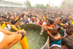 Välsignelse med heligt vatten av ceremoni för dag för deltagareWai Kroo (Luang Por Phern) förlage på den Wat Bang Phra kloster Arkivfoton