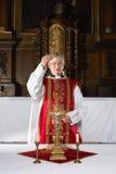 Välsignelse under katolsk mass arkivfoto
