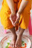 Välsignelsen med heligt vatten är thailändsk tradition royaltyfri foto