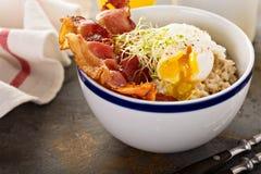 Välsmakande havremjölhavregröt med ägget och bacon Arkivfoto
