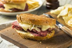 Välsmakande hemlagad slags konserverad skinka Reuben Sandwich Arkivfoto