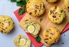 Välsmakande muffin med ost och bacon, nytt bakat smakligt mellanmål fotografering för bildbyråer