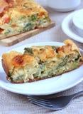 Välsmakande paj med ost, tomater och Ramsons Arkivfoto