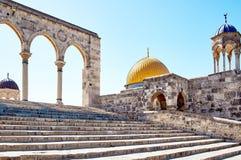 Välva sig bredvid kupolen av vaggamoskén i Jerusalem Arkivbild