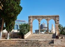 Välva sig bredvid kupolen av vaggamoskén i Jerusalem Royaltyfria Foton
