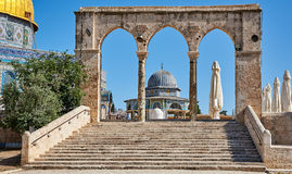Välva sig bredvid kupolen av vaggamoskén i Jerusalem Royaltyfri Fotografi