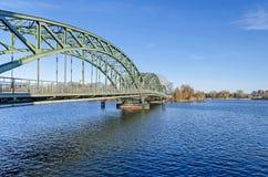 Välva sig bron Eiswerderbruecke över floden Havel i Berlin, Tyskland royaltyfri bild