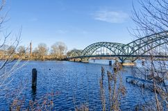 Välva sig bron Eiswerderbruecke över floden Havel i Berlin, Tyskland royaltyfria bilder