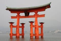 välva sig den miyajima toriien Royaltyfria Foton