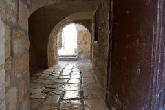 Välva sig förlaga i en forntida domstolgård i en gammal stad av Jerusalem Arkivfoton