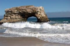Välva sig i havet på naturliga broar den statliga stranden, Santa Cruz, Kalifornien Royaltyfri Fotografi
