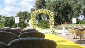 Välva sig med nya vita blommor för guling och för bröllopceremoni stock video