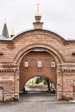 Välva sig mellan templet och matsalen av klosterhotellet Royaltyfri Foto