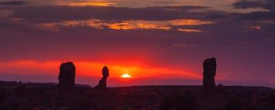 välva sig nationalparksolnedgång Arkivfoton