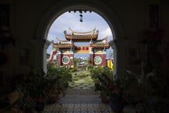 Välva sig på den Kek Lok Si templet som förbiser templet och horisont av Georgetown, Penang, Malaysia arkivfoton